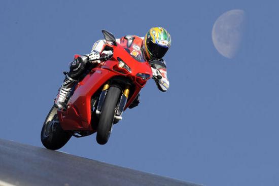 Troy Bayliss prova la nuova Ducati 1198S